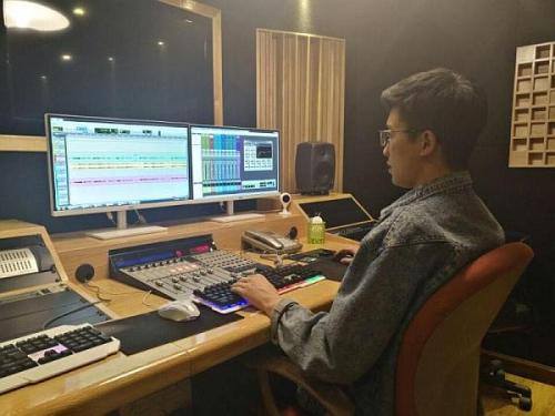 调音师在录音棚给视频配音剪辑音频