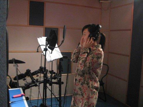 录音师在录音棚现场录制促销录音风采